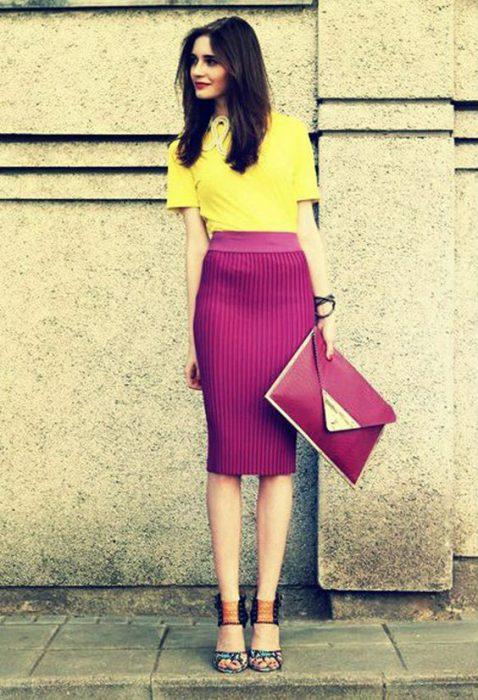 falda plisada purpura y blusa amarilla