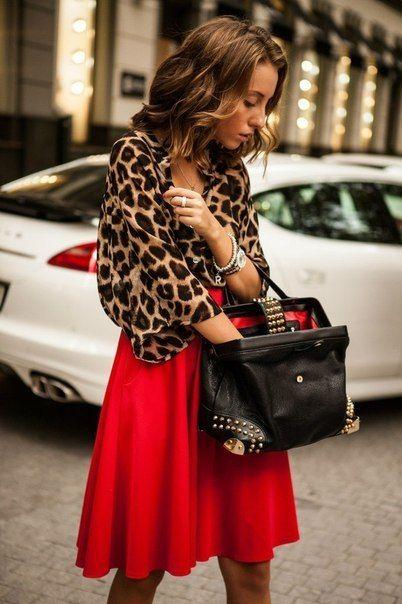 falda roja con blusa animal print