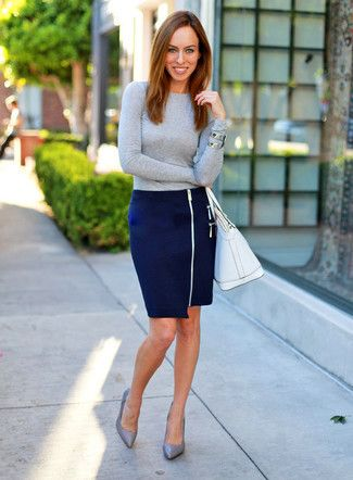 falda tubo azul con blusa gris