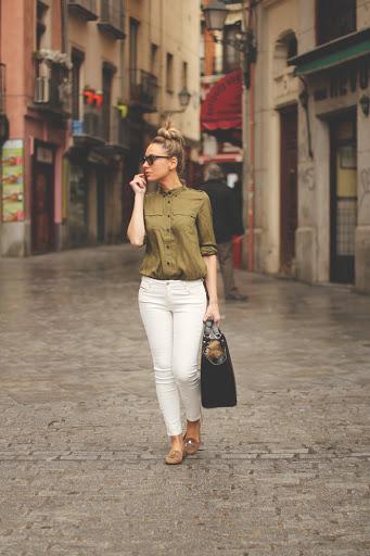 jeans blanco con blusa verde militar