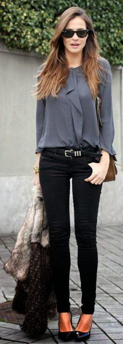jeans negro y blusa gris