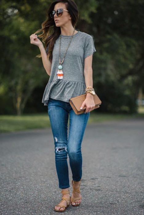 jeans y blusa gris de algodon