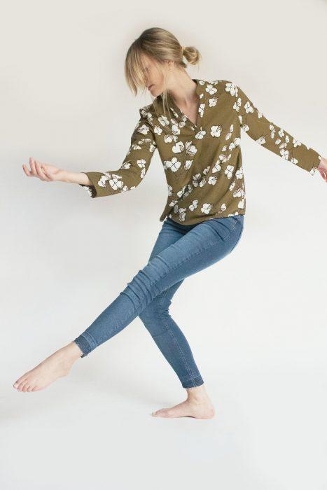 jeans y blusa verde oliva