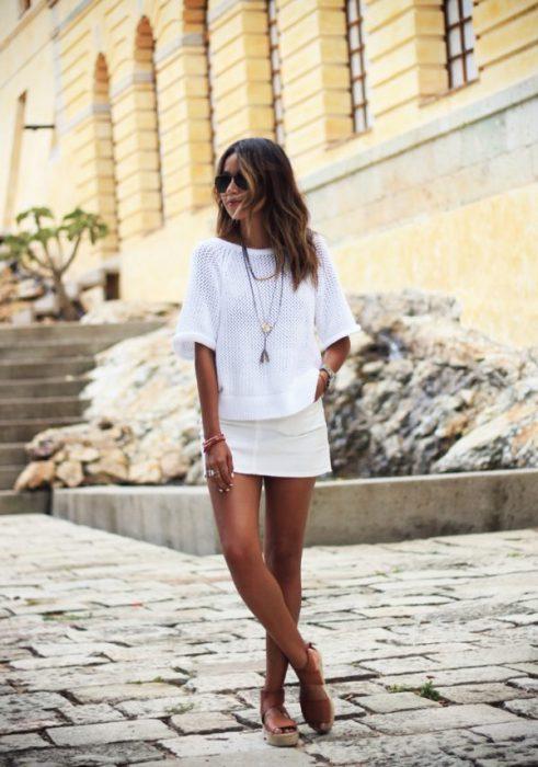 look moderno con blusa a crochet blanca
