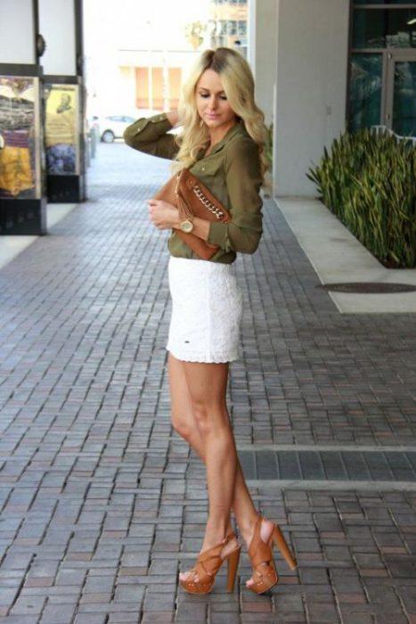 minifalda blanca y blusa verde oliva