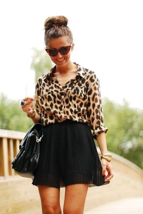 minifalda negra con blusa animal print