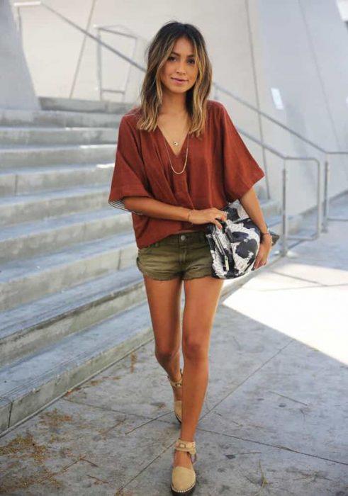 outfit con blusa terracota para el verano
