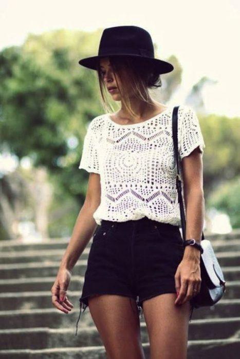 outfit moderno con blusa a crochet y short de jeans
