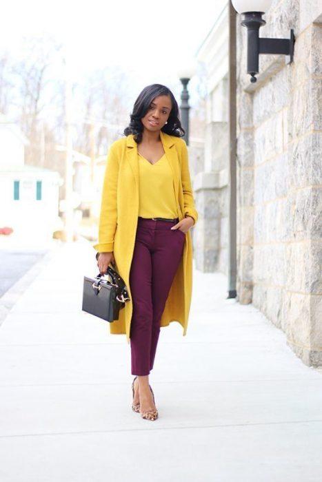 pantalon morado y blusa amarilla