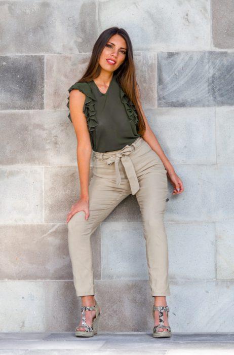 pantalon tiro alto beige y blusa verde militar