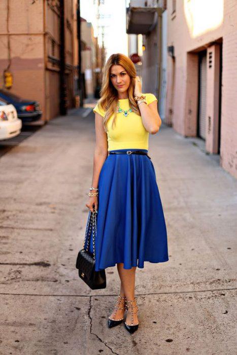 remera amarilla con falda azul francia