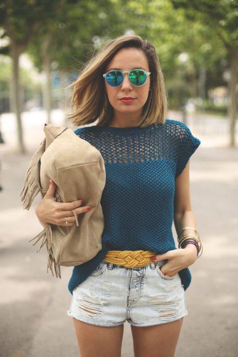 remera azul con mangas tejida a crochet