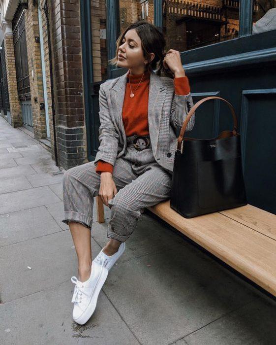 terracota y traje gris mujer