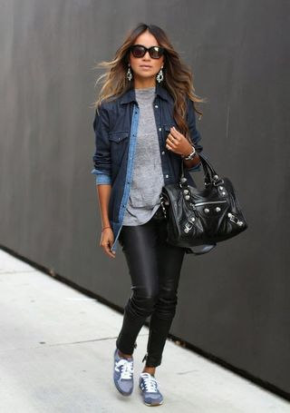 Look casual con pantalon de cuero y camisa de jeans