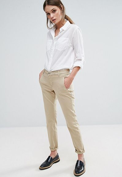 Outfit simple y formal con pantalon chino para mujer