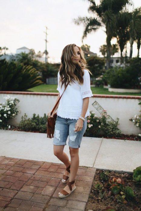 blusa blanca y bermuda jeans mujer