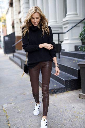 look casual con pantalon cuero marron oscuro