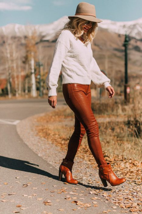 look casual con pantalon simil cuero marron
