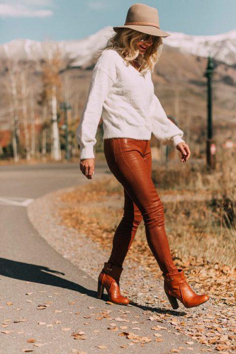 look casual con pantalon simil cuero marron