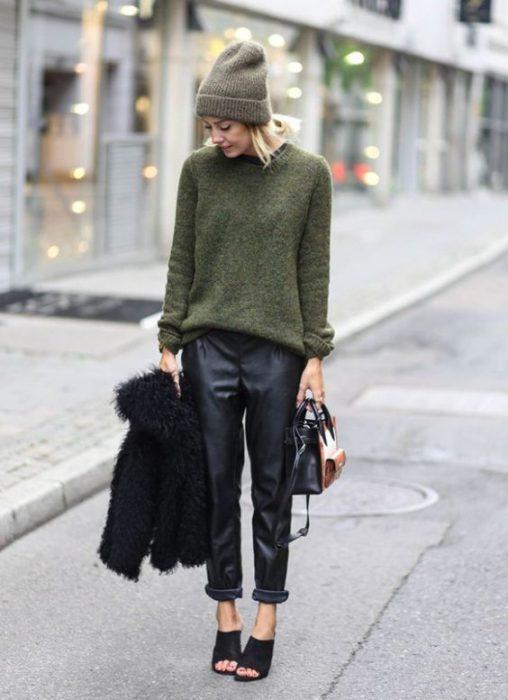 look casual con sweater y pantalon de cuero recto