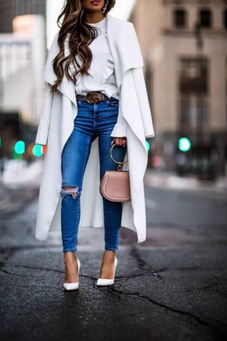 look con jeans y tapado blanco largo