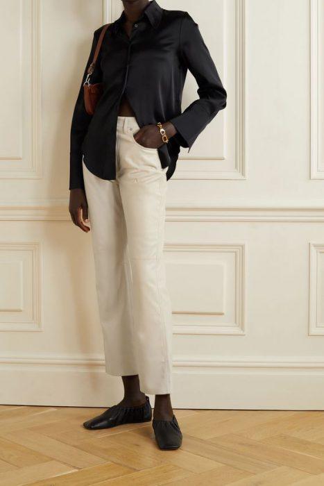 look con pantalon de cuero color crema o crudo