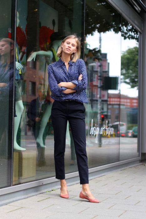 look de oficina con pantalones chinos azules para mujer