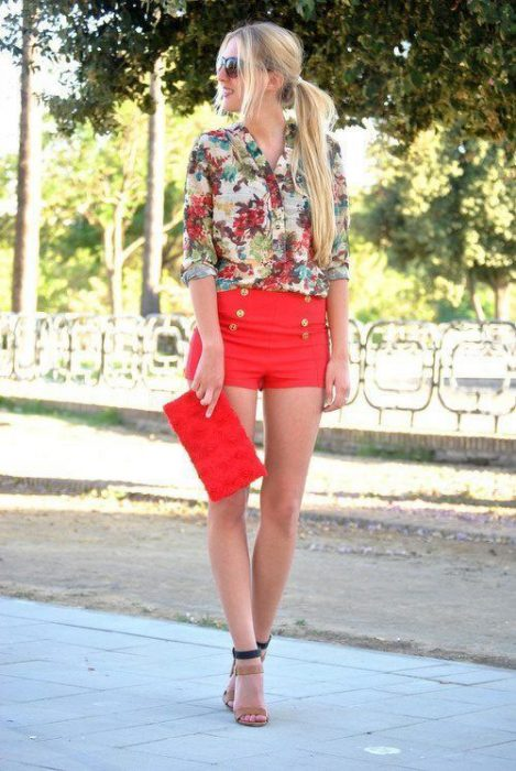 look formal con short y camisa estampada