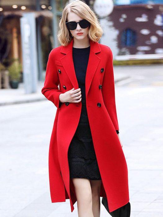 look formal con tapado rojo