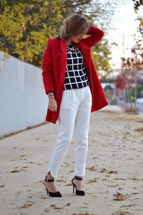 look formal con tapado rojo corto
