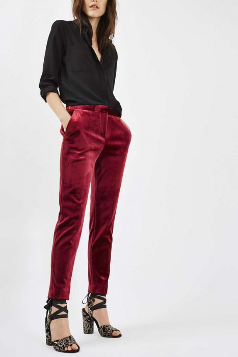 look formal para oficina con pantalon de terciopelo bordo