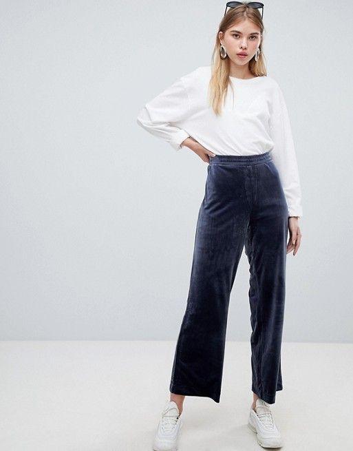 look informal con pantalon de terciopelo azul