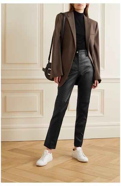 look informal para ir a la oficina con pantalon de cuero recto