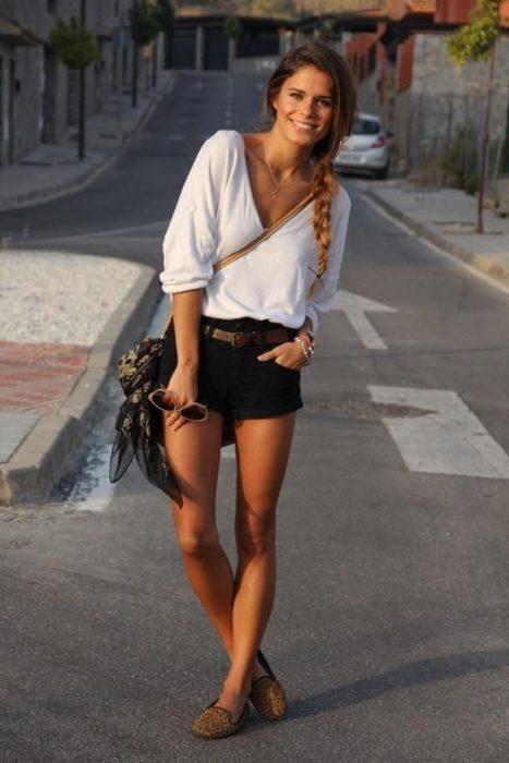 look informal son short negro de jeans y blusa blanca