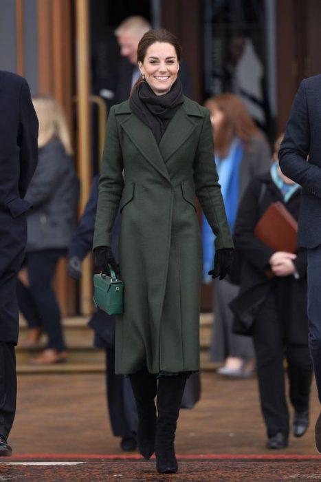look invierno negro total con tapado verde militar