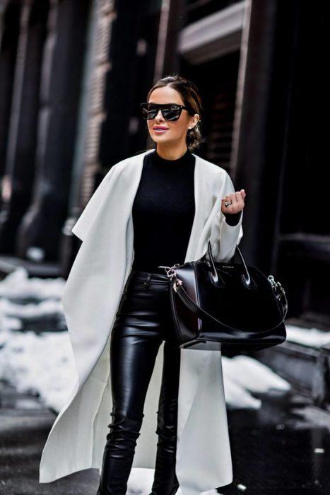 look negro con tapado blanco largo