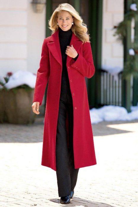 look semiformal con tapado rojo largo