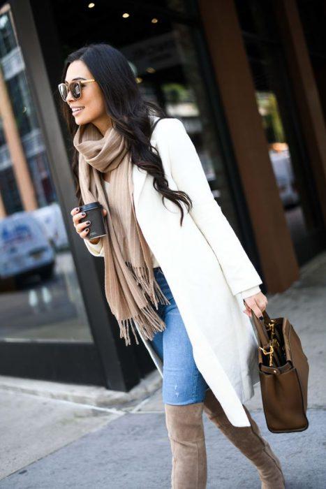 look urbano con saco blanco hasta las rodillas