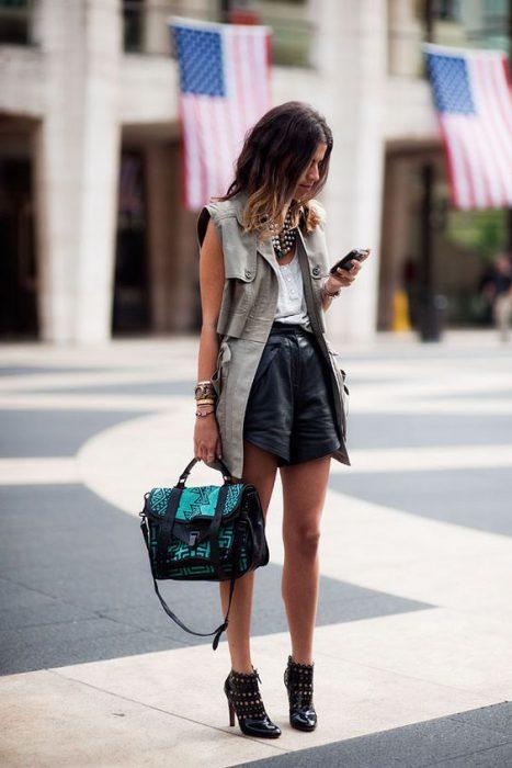 look urbano con shor de cuero negro