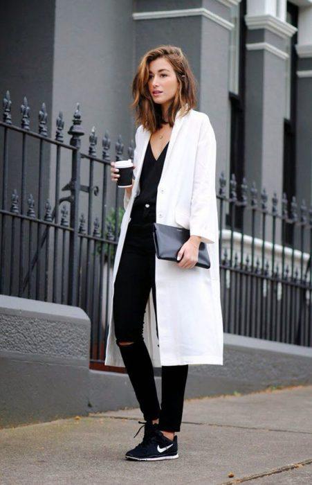 look urbano con tapado largo blanco