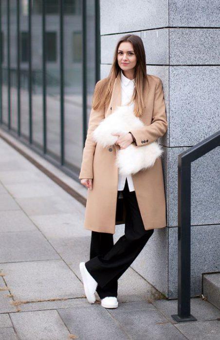 look urbano moderno con tapado beige