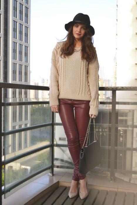 outfit casual con pantalon de cuero bordo