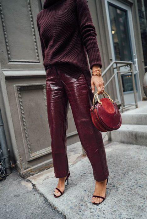 outfit casual con pantalon de cuero morado