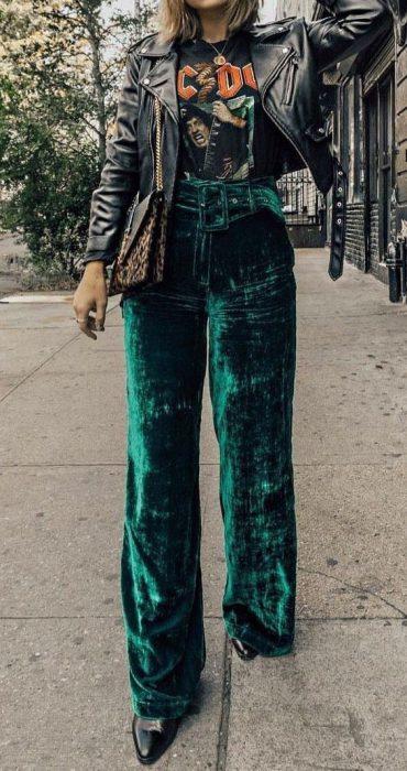 outfit casual con pantalon de tercipelo verde