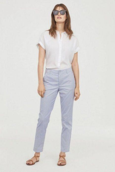 outfit casual de primavera con pantalon chino para mujer