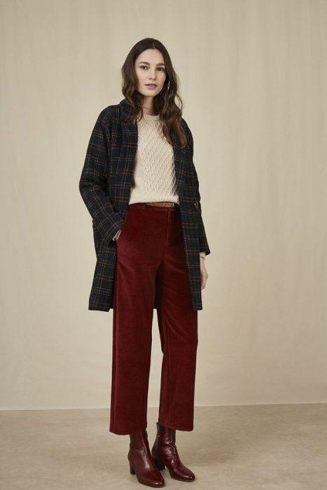 outfit casual elegante con pantalon de terciopelo bordo para mujer