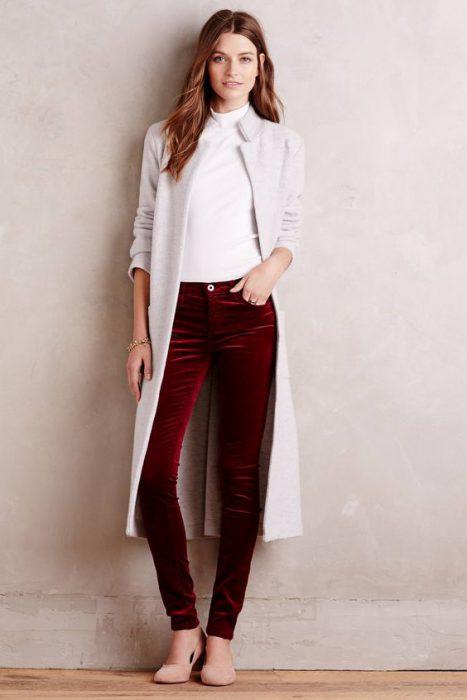 outfit casual elegante con pantalon de terciopelo para mujer