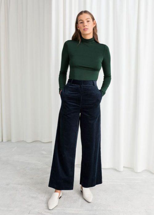 outfit con pantalon azul oscuro recortado de terciopelo para mujer