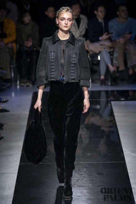 outfit con pantalon de terciopelo negro y camisa negra