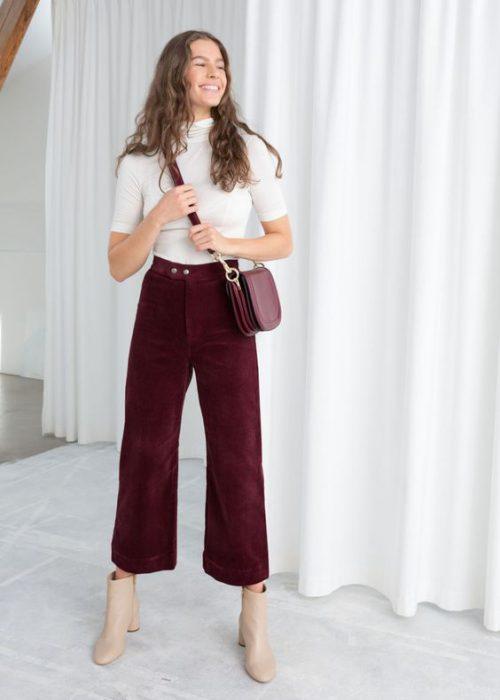 outfit con pantalon recortado de terciopelo para mujer